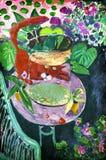 Kot Patrzeje Szklanego słój na stole Fotografia Royalty Free