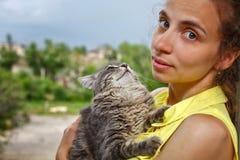 Kot siedzi na rękach przy kochanką zdjęcie stock