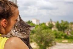 Kot siedzi na rękach przy kochanką obraz royalty free