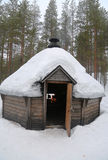 Kota finlandés en un paisaje nevado Foto de archivo