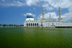 Kota Kinabalu City Floating Mosque, durante um dia ensolarado Fotografia de Stock