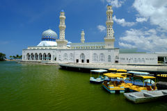Kota Kinabalu City Floating Mosque under en solig dag Royaltyfri Bild