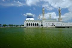 Kota Kinabalu miasta Spławowy meczet podczas słonecznego dnia, Fotografia Stock
