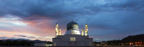 Kota Kinabalu moské med dramatiska och färgrika moln på soluppgång i Sabah, Malaysia Royaltyfri Foto