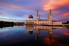 Kota Kinabalu Mosque pendant le coucher du soleil Images libres de droits
