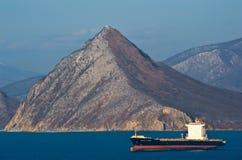 Kota Lawa för behållareskepp anseende på vägarna på ankaret Nakhodka fjärd Östligt (Japan) hav 02 03 2015 Arkivfoto