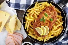Kotelett Cordon bleu mit Pommes-Frites, Nahaufnahme Lizenzfreie Stockfotografie