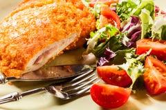 Kotelett Cordon bleu mit Salat Stockfotografie