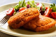 Kotelett Cordon bleu mit Salat Stockbild
