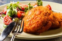 Kotelett Cordon bleu mit Salat Lizenzfreie Stockbilder