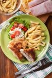 Kotelett Cordon bleu mit Schweinelende diente mit Pommes-Frites und s Stockfotografie