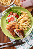 Kotelett Cordon bleu mit Schweinelende diente mit Pommes-Frites und s Lizenzfreies Stockbild