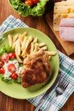 Kotelett Cordon bleu mit Schweinelende diente mit Pommes-Frites und s Lizenzfreie Stockbilder
