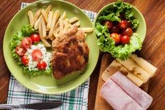 Kotelett Cordon bleu mit Schweinelende diente mit Pommes-Frites und s Stockfoto