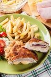Kotelett Cordon bleu mit Schweinelende diente mit Pommes-Frites und s Stockfotos