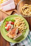 Kotelett Cordon bleu mit Schweinelende diente mit Pommes-Frites und s Lizenzfreie Stockfotografie