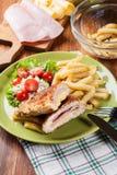 Kotelett Cordon bleu mit Schweinelende diente mit Pommes-Frites und s Lizenzfreies Stockfoto