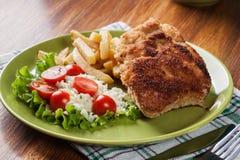 Kotelett Cordon bleu mit Schweinelende diente mit Pommes-Frites und Salat Stockfotos