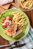 Kotelett Cordon bleu mit Schweinelende diente mit Pommes-Frites und Salat Lizenzfreie Stockbilder