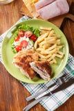 Kotelett Cordon bleu mit Schweinelende diente mit Pommes-Frites und s Stockbilder