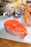 Kotelett der atlantischen Lachse mit Befestigungsklammer und Austern Lizenzfreie Stockbilder
