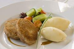 Kotelett und Kartoffeln mit Gemüse Stockfotografie
