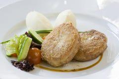 Kotelett und Kartoffeln mit Gemüse Stockbild