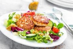 Koteletten en verse groentesalade op witte plaat Gebraden vleesballetjes met plantaardige salade Royalty-vrije Stock Afbeelding