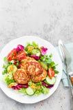 Koteletten en verse groentesalade op witte plaat Gebraden vleesballetjes met plantaardige salade Stock Afbeelding