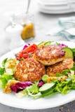 Koteletten en verse groentesalade op witte plaat Gebraden vleesballetjes met plantaardige salade Stock Afbeeldingen