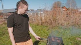 Koteletten van het jonge mensen de roosterende rundvlees op de grill stock footage