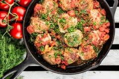 Koteletts in der Bratpfanne Huhnfleischklöschen mit Tomatensauce stockfoto