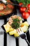 Koteletts in der Bratpfanne mit Gabel Die Türkei-Fleischklöschen mit Tomatensauce Lizenzfreie Stockbilder