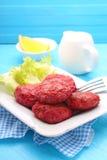 Koteletts des Fleisches und der Rote-Bete-Wurzeln Stockbild