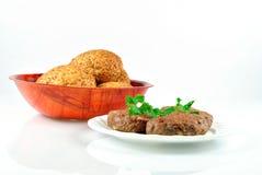Koteletts gebraten und Platte mit Brot Lizenzfreies Stockbild