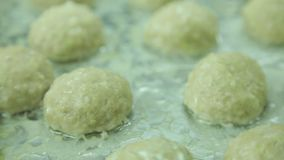 Koteletts gekocht in einem combi Dampfer stock video footage