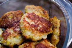 koteletts H?hnerkoteletts Gebratene Koteletts Koteletts im Topf Richtige Nahrung Kochen von k?stlichen Burgern Glaswanne mit Flei lizenzfreie stockbilder