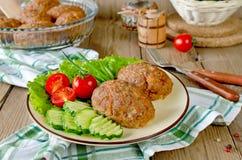 Koteletts mit Buchweizen und einer Beilage des Gemüses Stockbild