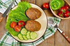Koteletts mit Buchweizen und einer Beilage des Gemüses Lizenzfreie Stockbilder