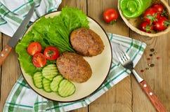 Koteletts mit Buchweizen und einer Beilage des Gemüses Stockfotografie