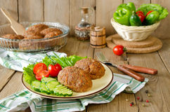 Koteletts mit Buchweizen und einer Beilage des Gemüses Stockfotos