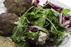 Koteletts und Salat für Abendessen stockfotos