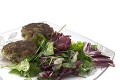 Koteletts und Salat für Abendessen stockbilder