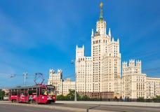 Kotelnicheskaya-Dammgebäude und -straßenbahn Stockbilder