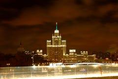 Kotelnicheskaya invallning som bygger en av Moskva sju systrar på nattMoskva Royaltyfria Foton