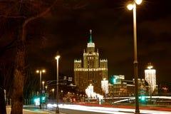 Kotelnicheskaya invallning som bygger en av Moskva sju systrar på nattMoskva Arkivfoton