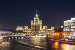 Kotelnicheskayadijk die één van zeven scyscrapers van Stalin bij nacht, Moskou, Rusland bouwen stock afbeelding