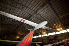 KOTKA, FINNLAND - 3. AUGUST 2017: Innenansicht des Luftfahrt-Museums in Kotka Die Ausstellung stellt historische Militärflugzeuge lizenzfreie stockfotografie