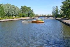 Kotka, Finnland Eine Ansicht des Parkens der Boote im Wasser Sapokka-Park Lizenzfreie Stockfotografie