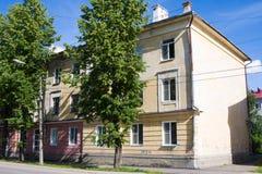 Kotlas, Arkangelskaya地区,俄罗斯- 2017年8月16日:7 Siezda Sovetov街道的老房子在Kotlas, Arkangelskaya地区,鲁斯 免版税图库摄影